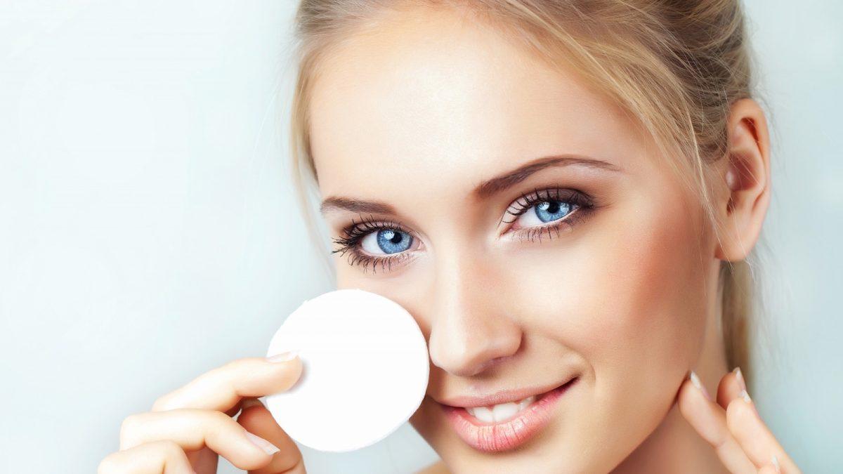 Чистка лица: 5 причин сделать это в кабинете косметолога